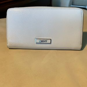 DKNY WALLET WHITE NEW